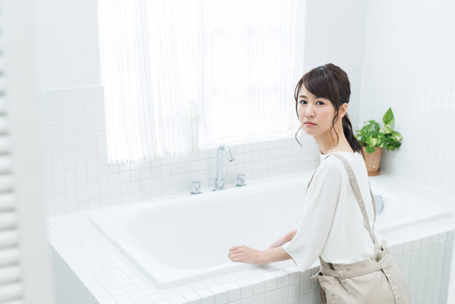 風呂場で困る女性